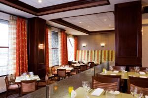 The Green Room, DoubleTree Suites by Hilton Hotel Boston - Cambridge, Allston — The Green Room Restaurant