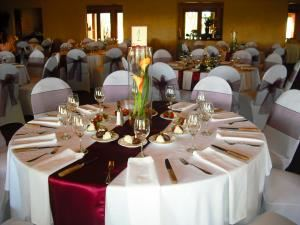 Ruby Wedding Package, A KayTahRing Company, Albuquerque — Beautifully decorated guest tables
