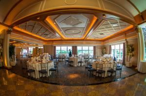 Swan Suite, Waters Edge at Giovanni's, Darien — The Waters Edge at Giovanni's, The Waters Edge at Giovanni's, Darien — Swan Suite Fantastic for Corporate Sales Meetings, Events and Grand Ballroom Weddings. 4513 square feet Accommodates 60 - 600 guests