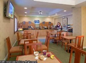 La Cadena Room, Holiday Inn Express Colton, Colton — Breakfast Bar