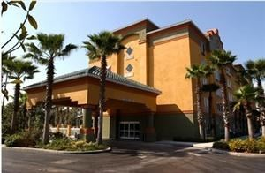 Galleria Palms Disney Maingate Hotel, Kissimmee — Guests of the Galleria Palms hotel will enjoy luxurious accommodations at budget prices. Complimentary amenities include: wireless internet, scheduled shuttle to main theme parks, continental breakfast, 24-hour fitness center.