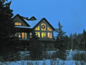 Diamond Willow Artisan Retreat, Calgary — Diamond Willow is Alberta's newest luxury retreat set on 11 acres one hour SW of Calgary.  Offering flexible studio/meeting spaces, wholesome meals and accommodations for 12 (shared).