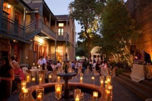 Margaret Gardens Inn, New Orleans — Candlelight decor in Courtyard