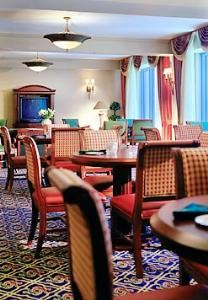 Lobby Lounge, Milwaukee Marriott West, Waukesha — Private lounge offering VIP amenities to Concierge Level guests