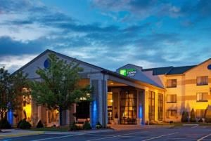 Holiday Inn Express Hotel & Suites Grand Rapids Airport