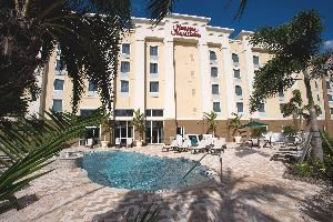 Hampton Inn & Suites Fort Myers-Colonial Boulevard, Fort Myers — Outdoor heated pool