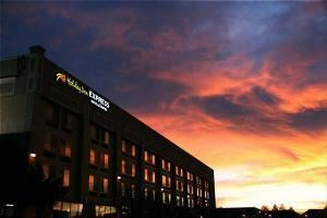 Holiday Inn Express & Suites Denver - Aurora