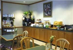 Dining Room, Country Inn & Suites By Carlson, Columbus No, OH, Columbus — The Country Inn Columbus North hotel helps guests start the day off right with a complimentary hot deluxe breakfast featuring waffles, eggs, bagels, assorted breads, muffins, hot and cold cereals, fresh fruits, juices, coffee, tea, milk and cocoa available daily.