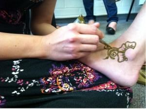 Bodhi Tree Mehndi, Dekalb — This is a picture from Norther Star Newspaper of Natalie Santiago-Bidne leading a henna workshop at Northern Illinois University.