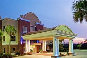 Holiday Inn Express and Suites Lucedale